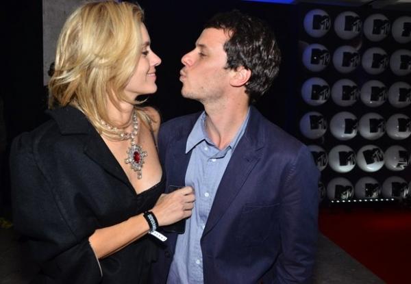 Carolina Dieckmann troca beijos com o marido Tiago Worcman em evento