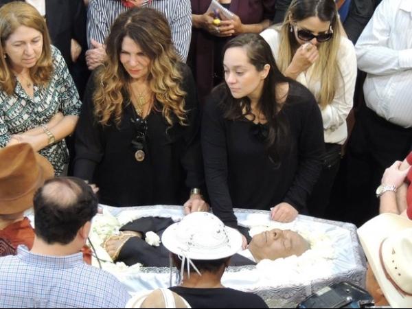 Corpo de Dominguinhos deixará cemitério em Recife após ação de filho