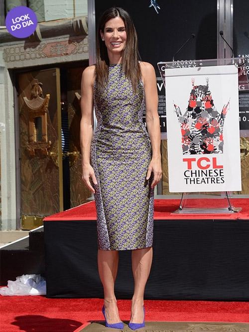 Look do dia: Sandra Bullock usa um vestido estampado em homenagem