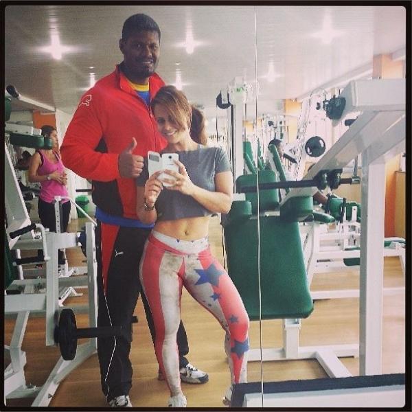 Viviane Araújo mostra barriga sarada em roupa de treino