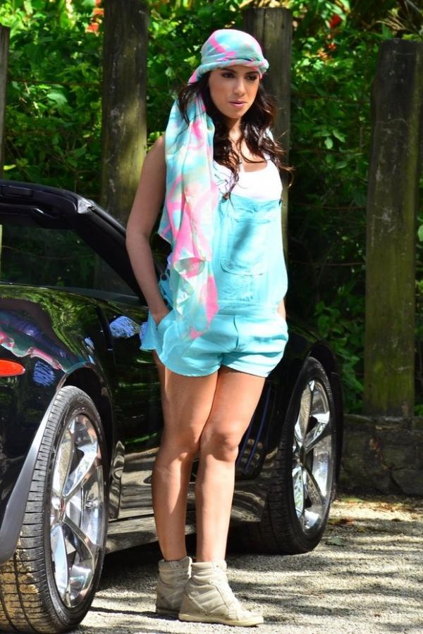 A bordo de carrão, Anitta grava clipe novo com macacão curtinho e decote