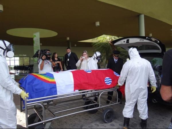 Corpo de Dominguinhos é levado de Paulista para Garanhuns em comboio