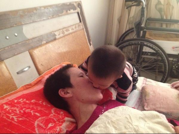 Criança mastiga comida e coloca na boca da mãe acamada
