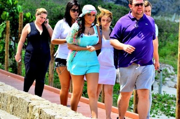 Dentro de carrão, Anitta grava novo clipe em praia do Rio