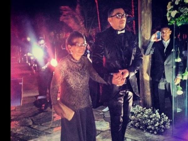 Mãe de Naldo desmaia de emoção no casamento do filho