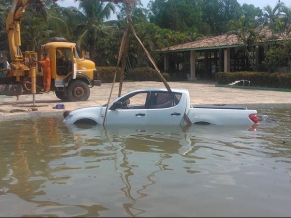 Motorista erra marcha e carro vai parar dentro de piscina no MA