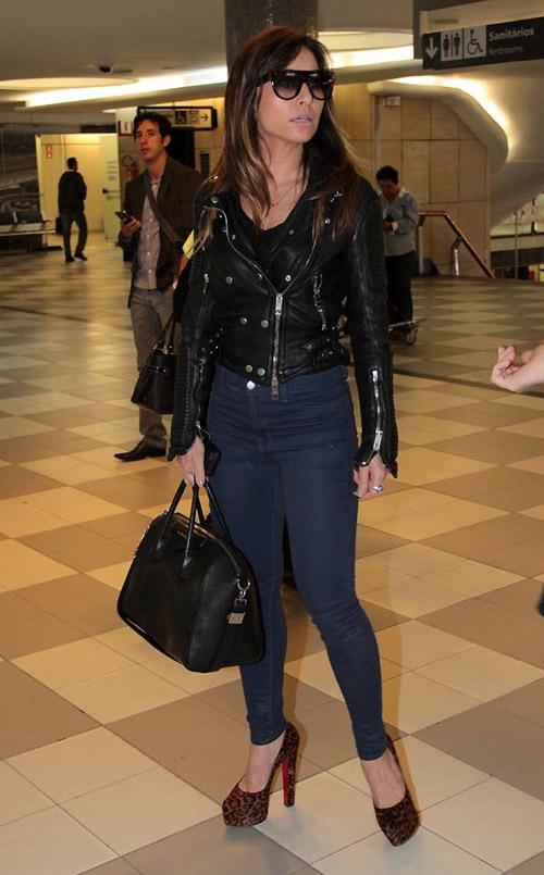 Sabrina Sato usa calça justinha e se equilibra no salto em aeroporto