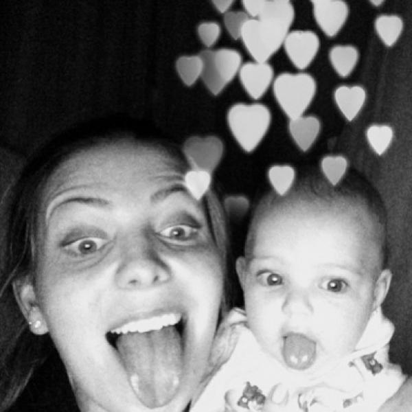 Sheila Mello comemora os seis meses da filha, Brenda: