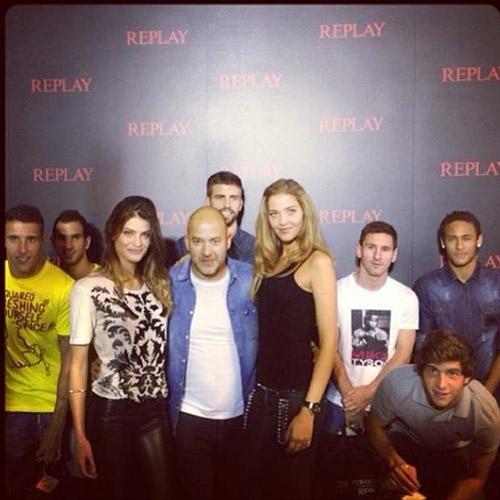 Tops brasileiras tietam Neymar em evento com todo time do Barcelona