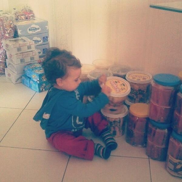 Com ajuda do filho, Pri Pires distribui doces no dia de Cosme e Damião