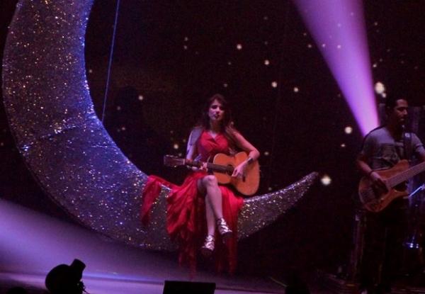 Paula Fernandes mostra além da conta em show com vestido ousado