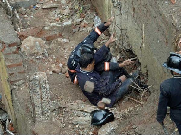 Prédio de 5 andares desaba na Índia e mata duas pessoas