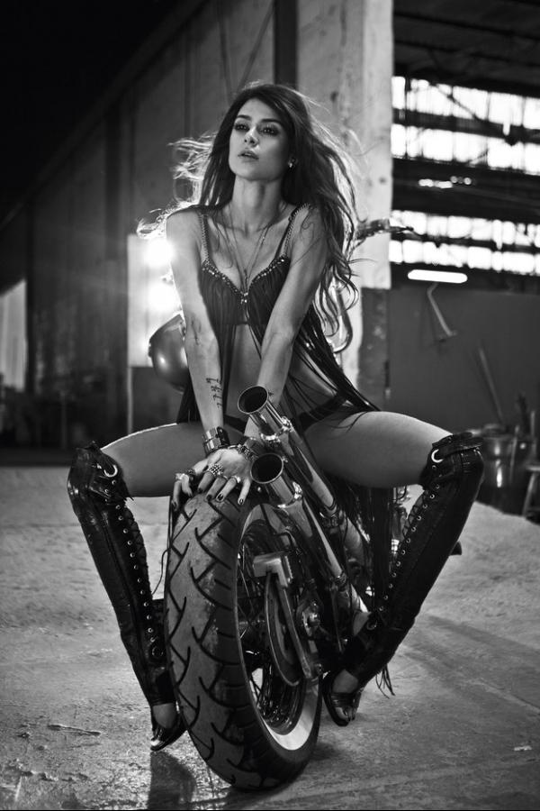 Thaila Ayala faz ensaio sensual para revista: