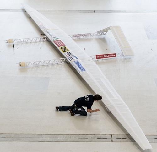 Avião de papel criado por estudantes voa cerca de 18 metros na Alemanha