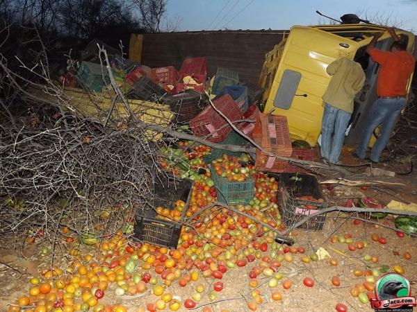 Caminhão com verduras tomba na BR 407, próximo a Jacobina do Piauí