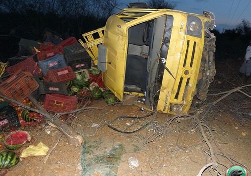 Caminhão com verduras tomba perto de Jacobina/PI