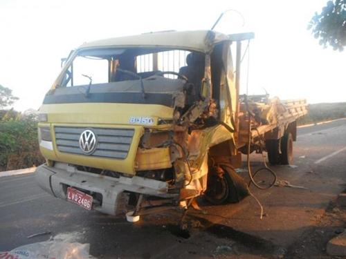 Carreta e Caminhão colidem e deixa uma pessoa ferida