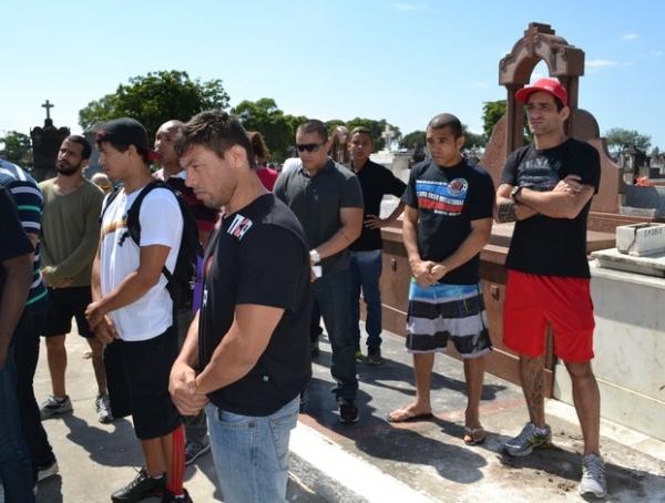 Enterro de Leandro Feijão é marcado por emoção de parentes e amigos