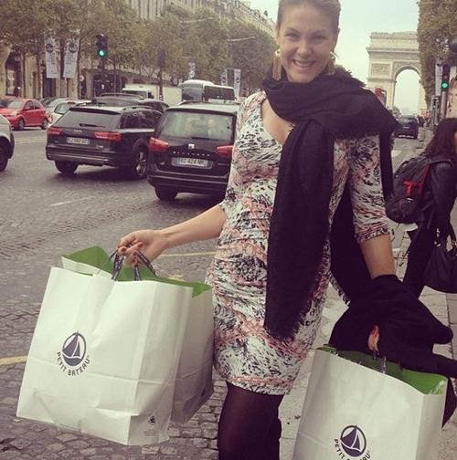 Grávida, apresentadora Ana Hickmann compra enxoval do seu filho em Paris