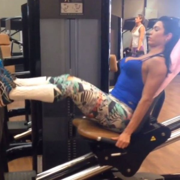 Gracyanne Barbosa usa decote vertiginoso para ir à academia