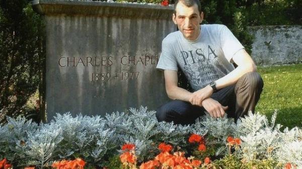 Inglês viaja o mundo visitando túmulos de celebridades