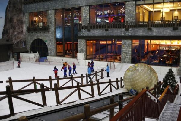 Shopping luxuoso constr esta鈬o de esqui com 6 mil toneladas de neve