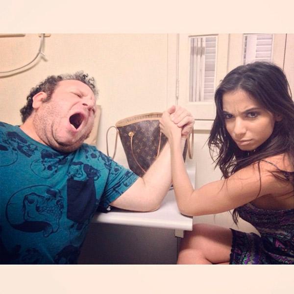 Anitta vence queda de braço com amigo e posta foto na internet