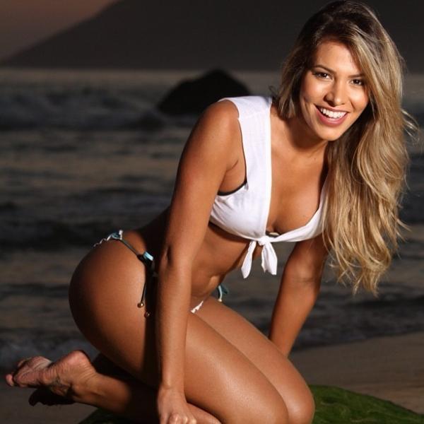 Ex-BBB Adriana promete surprese e posta foto com