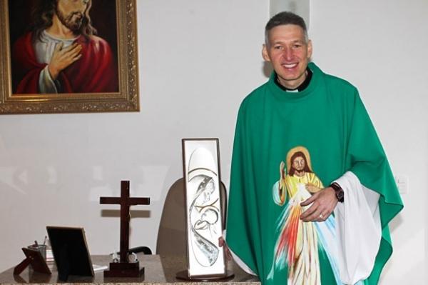 Morte de Hebe Camargo completa um ano e famosos vão à missa no Santuário Mãe de Deus, em SP