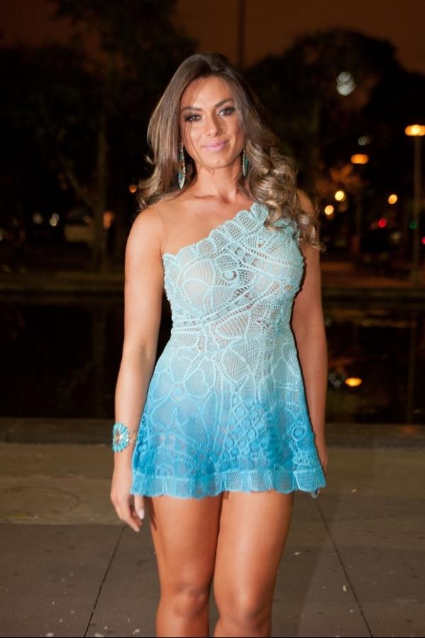 Nicole Bahls usa lingerie nude para não mostrar demais com vestido