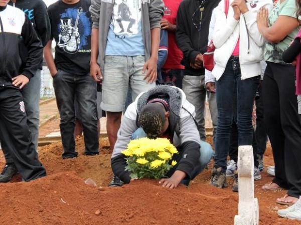 Seis mortos em racha são sepultados; condutor do carro não tinha habilitação