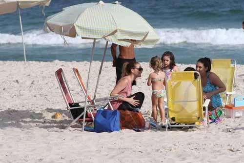 Atriz Fernanda Rodrigues leva a sua filha, Luiza, para curtir tarde na praia