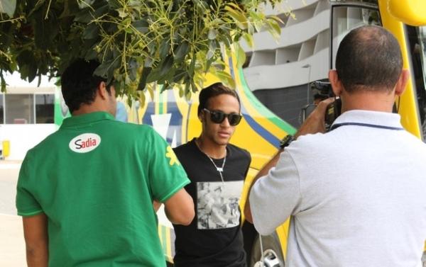 Neymar se apresenta, e Seleção está completa para amistoso em Brasília