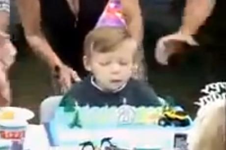 Tio bêbado afunda rosto de sobrinho em bolo de aniversário no parabéns