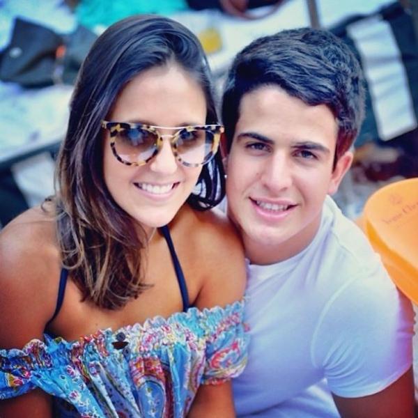 Após beijos no Brasil, Enzo Celulari curte festa com estudante em Miami