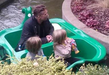 Brad Pitt leva os filhos caçulas a parque de diversão na Inglaterra