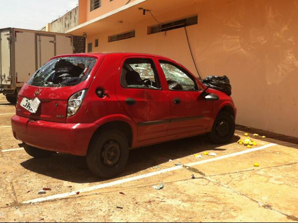 Policial quebra carro, invade padaria e obriga homem a comer lixo no DF