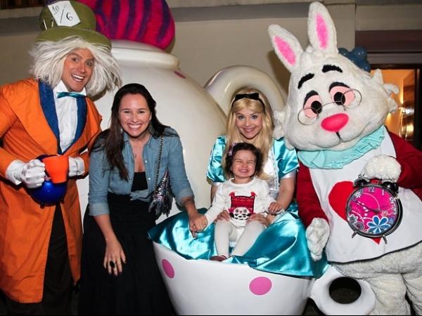 Ticiane Pinheiro leva a filha a festa infantil em São Paulo