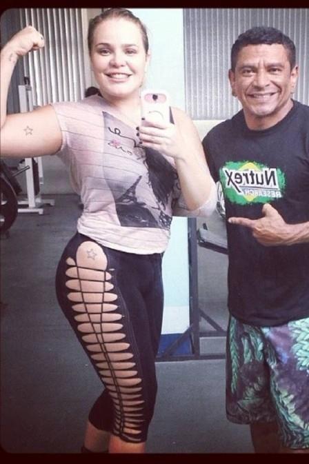 Ex-BBB Paulinha usa calça aberta na lateral e fã pergunta se ela está sem calcinha