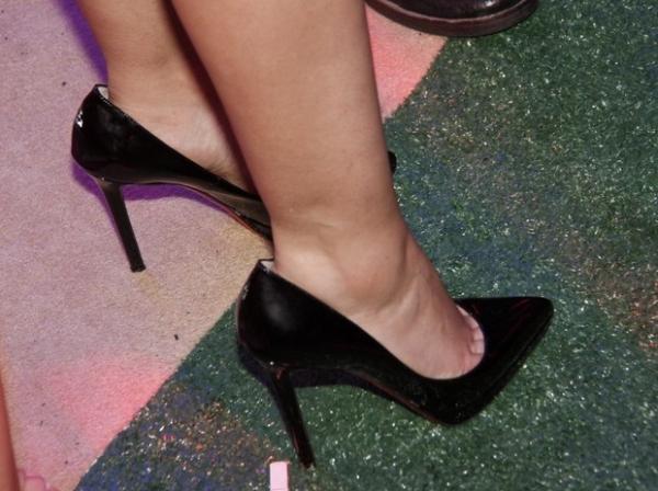 Louboutin de R$ 2.380 de Anitta foi presente de ator Eduardo Sterblitch