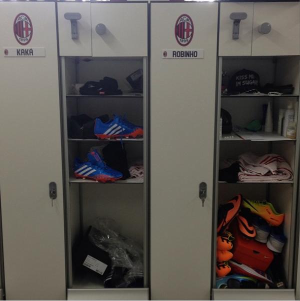 Armários de Kaká e Robinho ficam lado a lado no vestiário do Milan