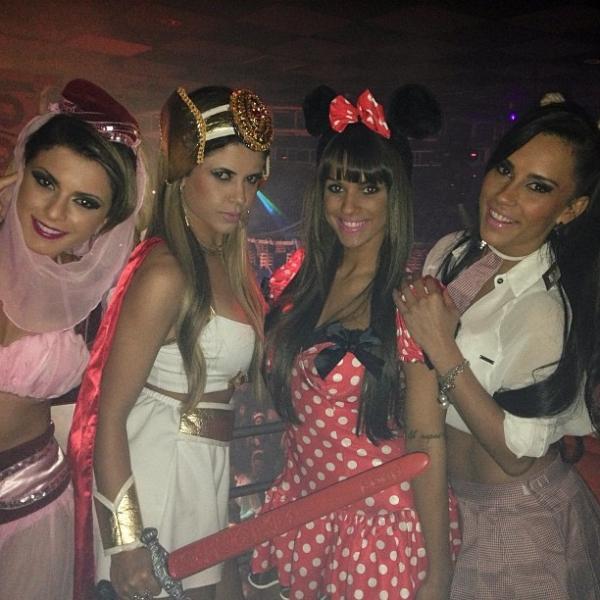 Carol Dias, Babi Rossi e ex-BBBs Cacau e Kelly curtem festa à fantasia