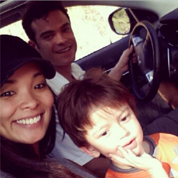 Carol Nakamura e Sidney Sampaio fazem passeio em família