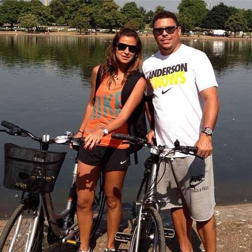 Ex-jogador Ronaldo e Paula Morais passeiam de bicicleta em Londres