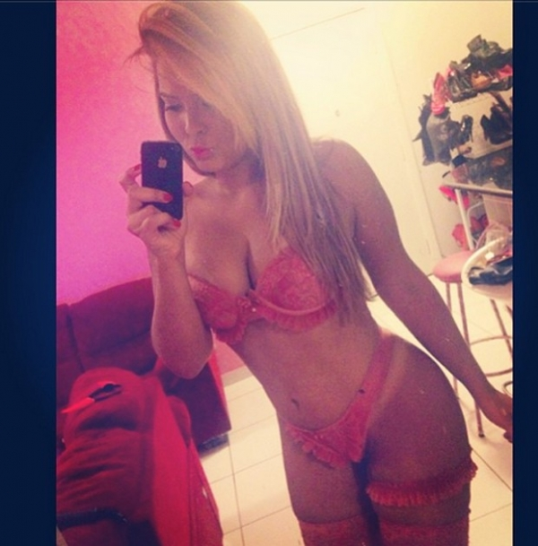 Geisy Arruda posa de lingerie rosa: