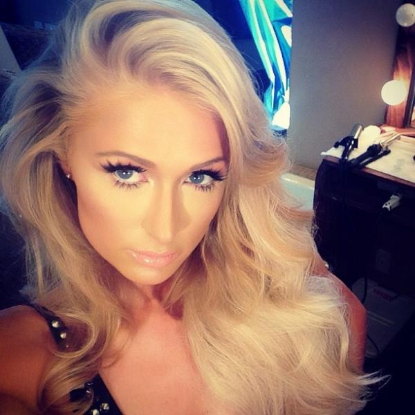Paris Hilton posa usando maiô cavadíssimo