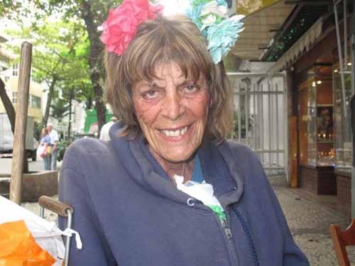 Aos 66 anos, musa da bossa nova vive como andarilha em Ipanema