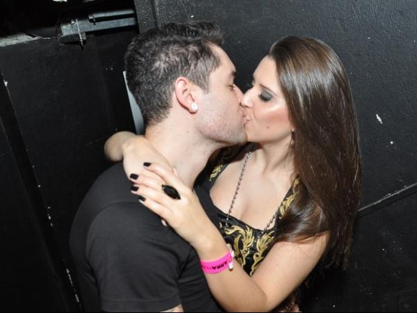 Ex-BBBs Nasser e Andressa trocam beijos em show