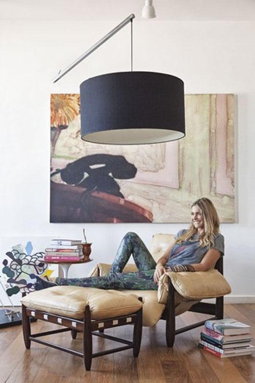Fernanda Lima mostra casa e poltrona de R$ 12 mil: