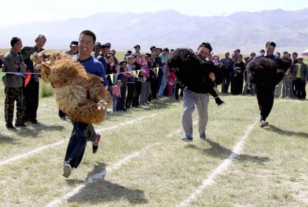 Chineses disputam corrida em que precisavam carregar suas ovelhas